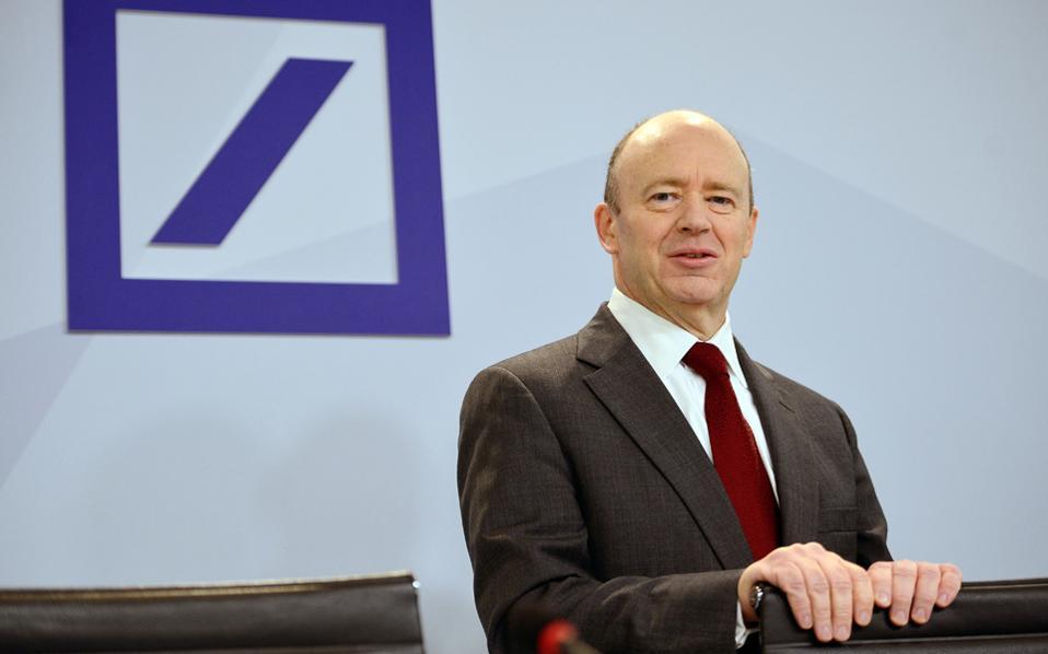 Ο διευθύνων σύμβουλος της γερμανικής τράπεζας Τζον Κράιαν εξετάζει τη χορήγηση μετοχών σε δευτερεύουσες μονάδες του ομίλου.