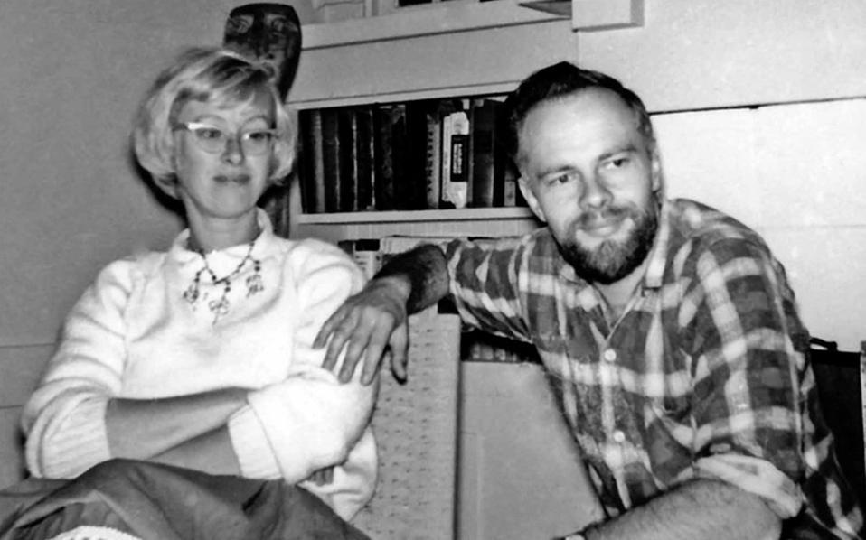 Ο Φίλιπ Ντικ με την Αν Ρούμπινσταϊν το 1958, λίγο πριν από τον γάμο τους, τη χρονιά που έγραφε τα «Τρία στίγματα του Πάλμερ Ελντριτς» και ένα χρόνο προτού κυκλοφορήσουν.