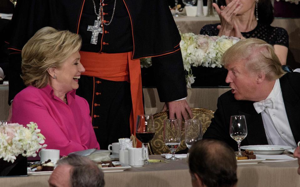 Στη φωτογραφία, Κλίντον και Τραμπ σε δείπνο προχθές στη Νέα Υόρκη.
