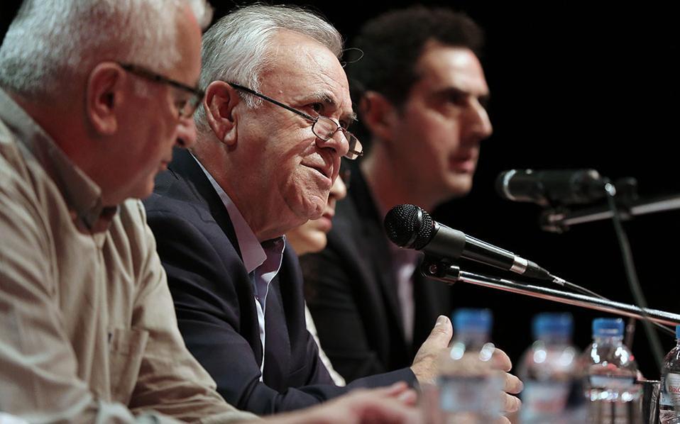 """Ο αντιπρόεδρος της κυβέρνησης Γιάννης Δραγασάκης (Κ) μιλάει σε ανοιχτή πολιτική εκδήλωση του ΣΥΡΙΖΑ με θέμα: ''Πολιτική συγκυρία και οι θέσεις του ΣΥΡΙΖΑ"""", σε κεντρικό κινηματογράφο της Αθήνας."""