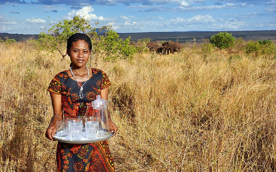 Μια νεαρή Μαασάι μάς υποδέχεται στο Eco Science & Luxury Lodge, στο Εθνικό Πάρκο Tarangire.