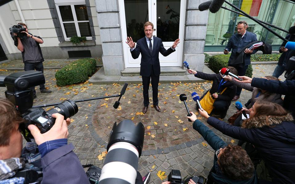 Πρωταγωνιστής στις αντιδράσεις ήταν ο πρόεδρος της γαλλόφωνης περιφέρειας του Βελγίου, Πολ Μανιέτ. Τελικάτην Πέμπτη ανακοίνωσε ότι θα άρει τις αντιρρήσεις του.
