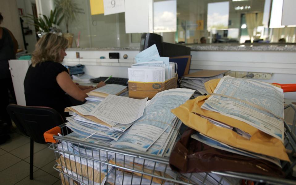 Στην κατεύθυνση της καταπολέμησης της αδήλωτης εργασίας, προτείνεται η παροχή έκπτωσης στο πρόστιμο που μπορεί να έχει επιβληθεί, σε περίπτωση που η επιχείρηση προσλάβει εργαζόμενο.