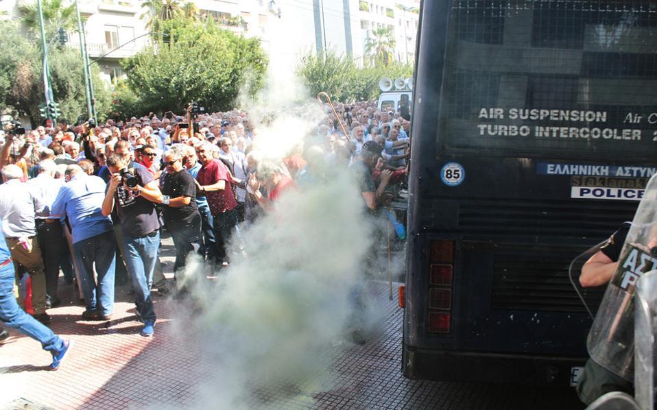 Μετά τη χρήση δακρυγόνων στην πορεία των συνταξιούχων την περασμένη Δευτέρα, η Ελληνική Αστυνομία στρέφεται στο εξωτερικό για να αντιγράψει επιτυχημένες πρακτικές αντιμετώπισης δυναμικών κινητοποιήσεων.