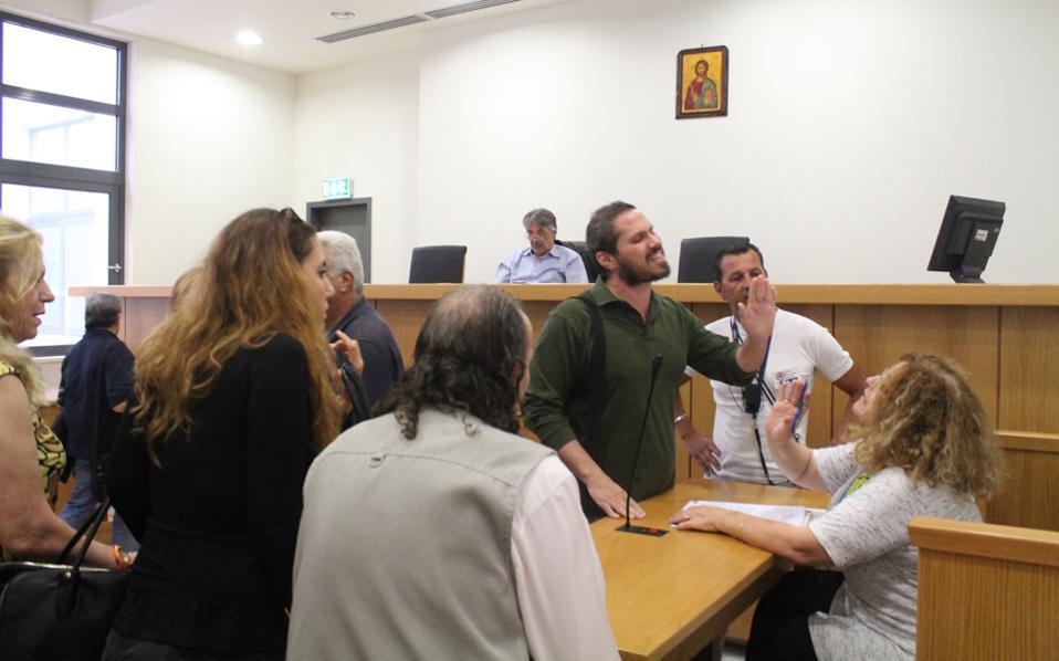Τέσσερις το απόγευμα στο Ειρηνοδικείο Αθηνών. Μάταια η συμβολαιογράφος προσπαθεί να εξηγήσει στους διαδηλωτές ότι πρόκειται για υπόθεση μεταξύ ιδιωτών και ότι τα περιουσιακά στοιχεία προς εκπλειστηρίαση δεν είναι ακίνητα.