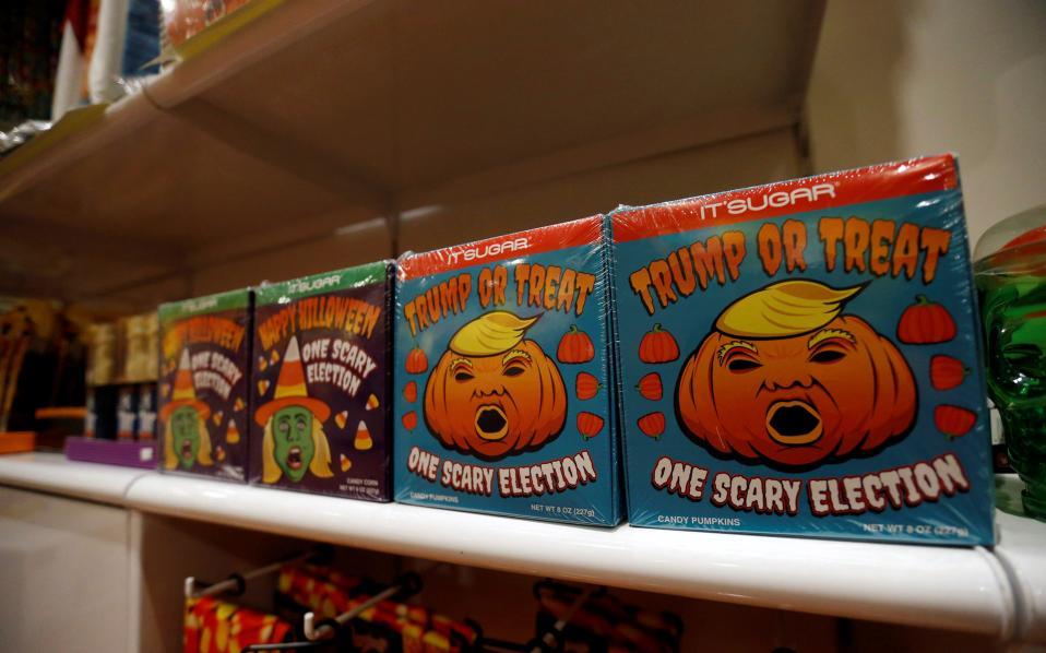 Στον πυρετό των εκλογών ακόμα και το Χάλογουιν. Τα αμερικανικά σούπερ μάρκετ έβγαλαν στα ράφια τους γλυκά εμπνευσμένα από τους υποψηφίους.