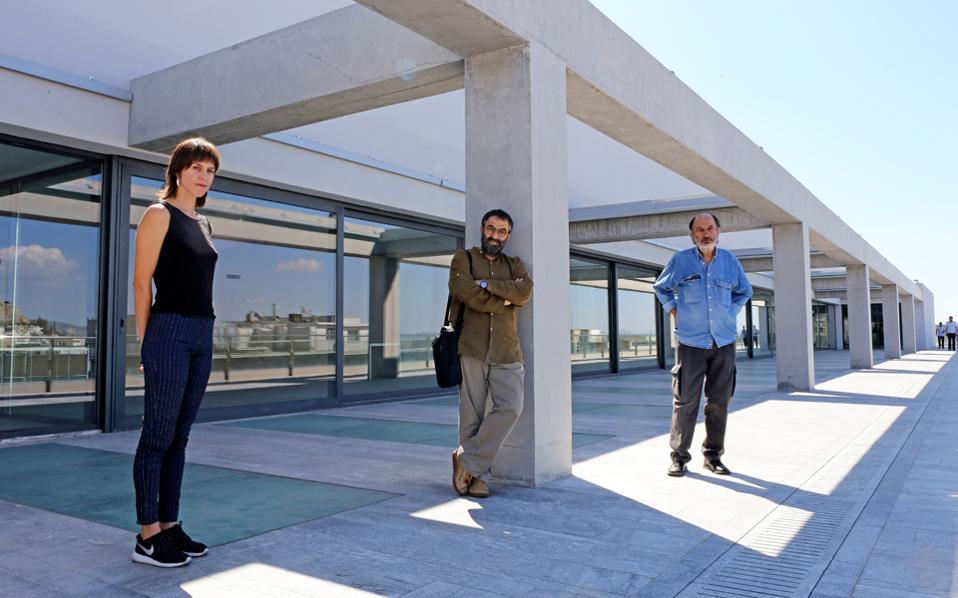 Ατενίζοντας το μέλλον του Εθνικού Μουσείου Σύγχρονης Τέχνης, από τον εξώστη του. Από αριστερά, η Αντιγόνη Θεοδώρου, ο Νίκος Ναυρίδης και ο Γιάννης Μπουτέας μιλούν για το νέο Φιξ.