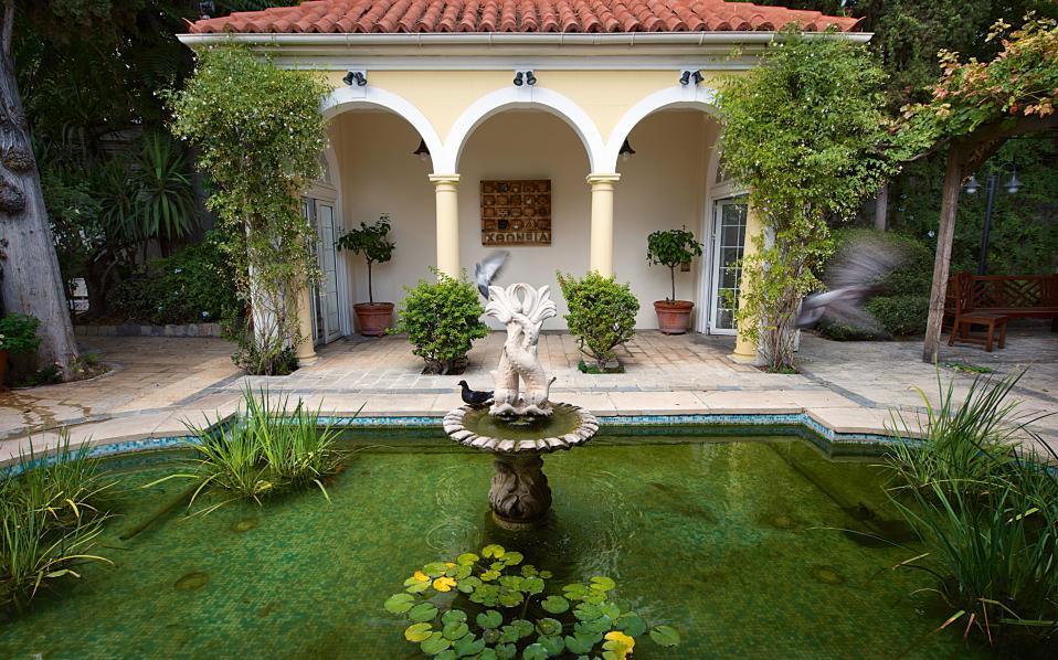 Η λιμνούλα στον κήπο και το περίπτερο. Στο βάθος διακρίνεται το έργο του Τζο Τίλσον «Χθόνιο κουτί» (1974).