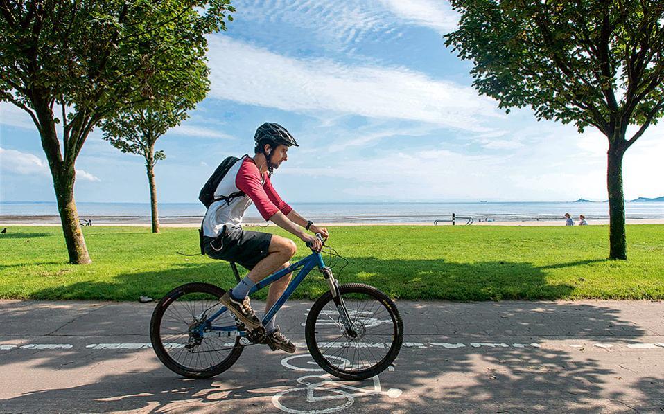 Ο ποδηλατόδρομος από το Swansea έως το Mumbles είναι στο μεγαλύτερο μέρος του διπλής κατεύθυνσης και απόλυτα ασφαλής, ακόμα και για μικρούς ποδηλάτες. (Φωτογραφία: VISUALHELLAS.GR)