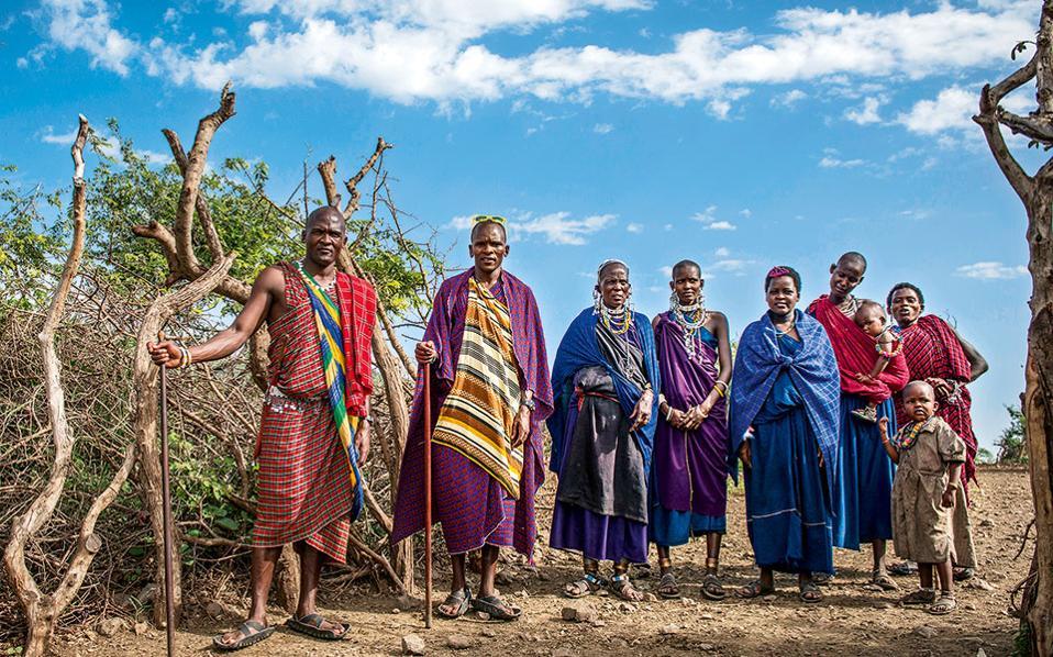 Οικογένεια Mαασάι με τις χαρακτηριστικές πολύχρωμες στολές της φυλής. (Φωτογραφία: Ajabu Adventures Ltd/Arusha)
