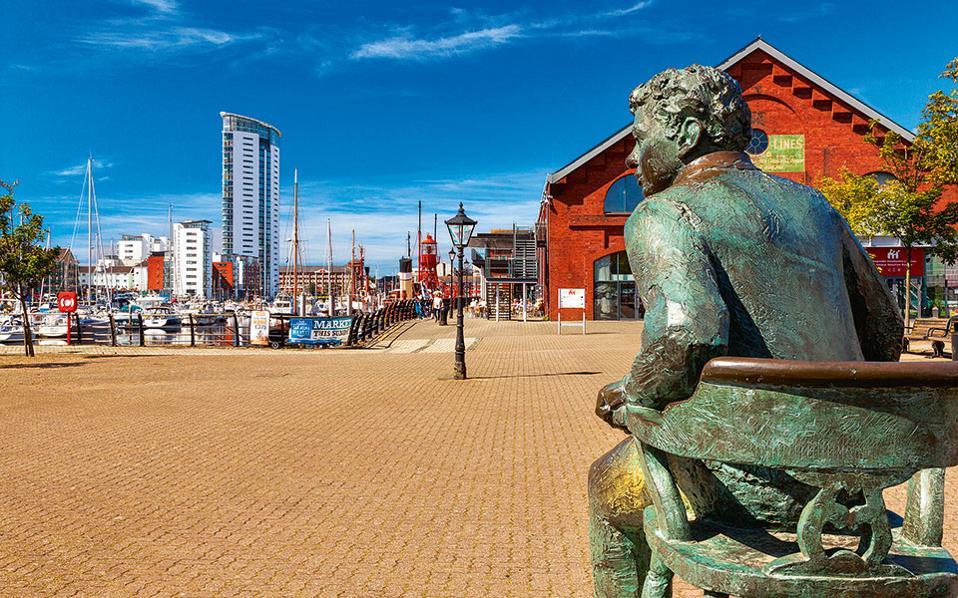 To άγαλμα του Dylan Thomas  «ατενίζει» τη μαρίνα  του Swansea. (Φωτογραφία: VISUALHELLAS.GR)