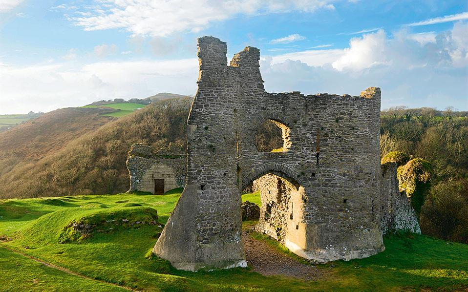 Pennard castle Το ερειπωμένο κάστρο βρίσκεται στο ίδιο σημείο από τον 12ο αιώνα. (Φωτογραφία: VISUALHELLAS.GR)