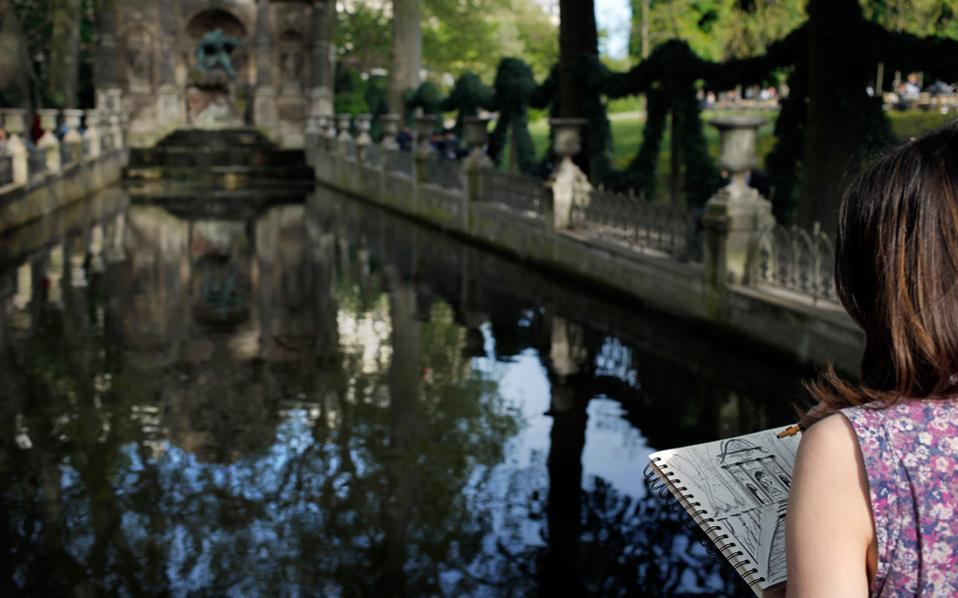 Σκιτσάροντας στο σιντριβάνι των Μεδίκων, στους Κήπους του Λουξεμβούργου.