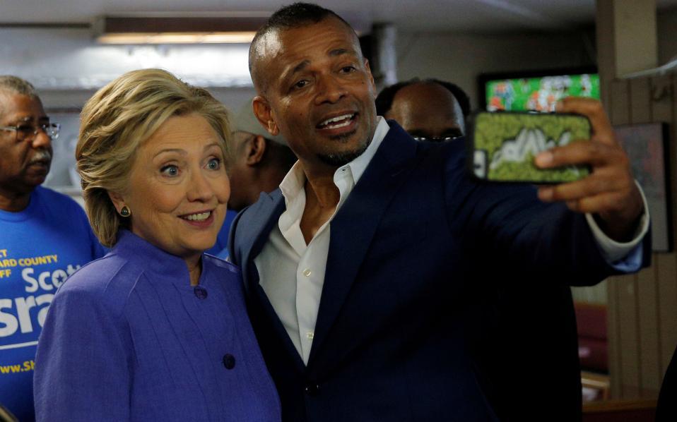 Η Χίλαρι Κλίντον ποζάρει για μία σέλφι με τον ηθοποιό και σκηνοθέτη Μάριο Βαν Πέμπλς στη Φλόριδα