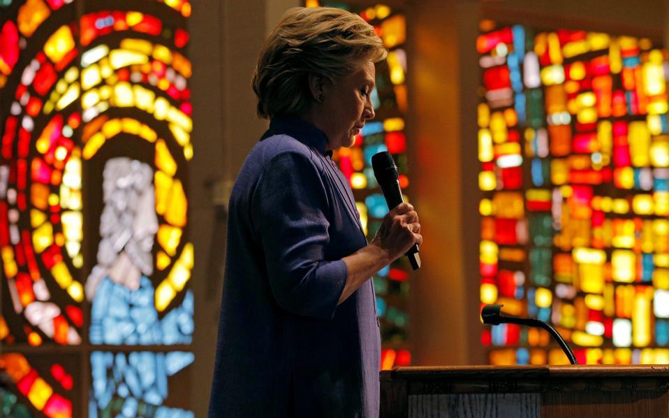 Η Χίλαρι Κλίντον μιλάει κατά τη διάρκεια λειτουργίας σε εκκλησία στη Φλόριδα.