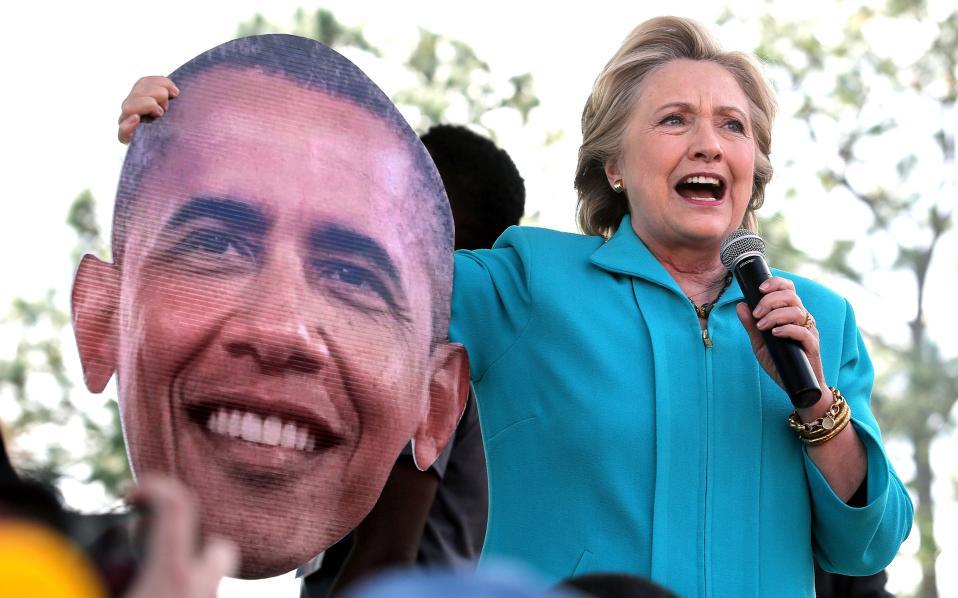 Η Χίλαρι αστειεύεται με μία τεράστια μάσκα με το πρόσωπο του Μπαράκ Ομπάμα που της δόθηκε από τους συγκεντρωμένους υποστηρικτές της.