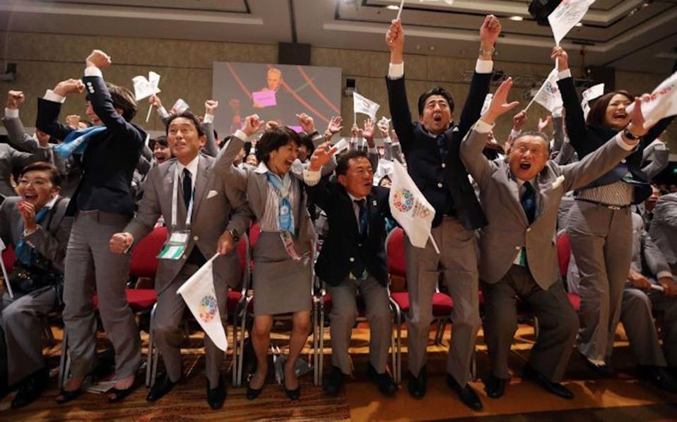 Στις 7 Σεπτεμβρίου του 2013 οι Ιάπωνες πανηγύριζαν όταν ο τότε πρόεδρος της ΔΟΕ, Ζακ Ρογκ, ανακοίνωνε το Τόκιο ως την πόλη που θα διοργάνωνε τους Ολυμπιακούς Αγώνες του 2020. Πριν από λίγες μέρες, η ειδική επιτροπή έκρουσε τον κώδωνα του κινδύνου για τη Χώρα του Ανατέλλοντος Ηλίου.