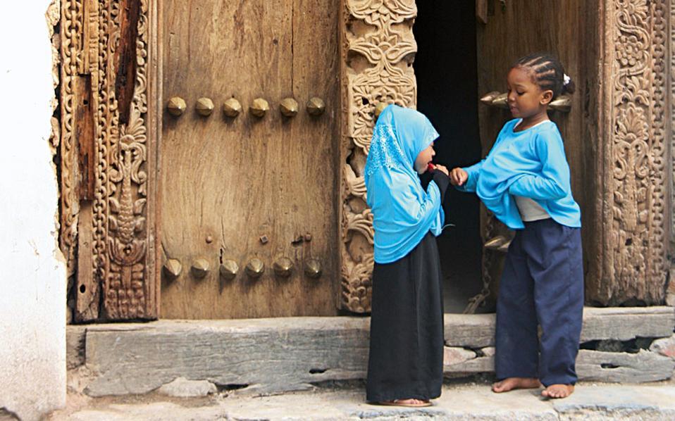 Οι σκαλιστές πόρτες της StoneTown είναι αριστουργήματα που καταδεικνύουν τις πολλαπλές πολιτιστικές επιρροές στην περιοχή. (Φωτογραφία: ΚΩΣΤΑΣ ΤΑΜΠΟΥΡΑΚΗΣ, ΙΝΕΣ ΣΑΛΤΙΕΛ)