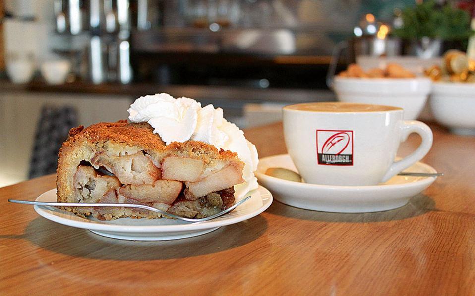 Αυθεντική σπιτική μηλόπιτα  στο Cafe Winkel.