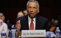 Ο ψυχίατρος και ταξίαρχος ε.α. Στίβεν Ξενάκης ενώ καταθέτει σε ειδική επιτροπή της αμερικανικής Γερουσίας για το Γκουαντάναμο.