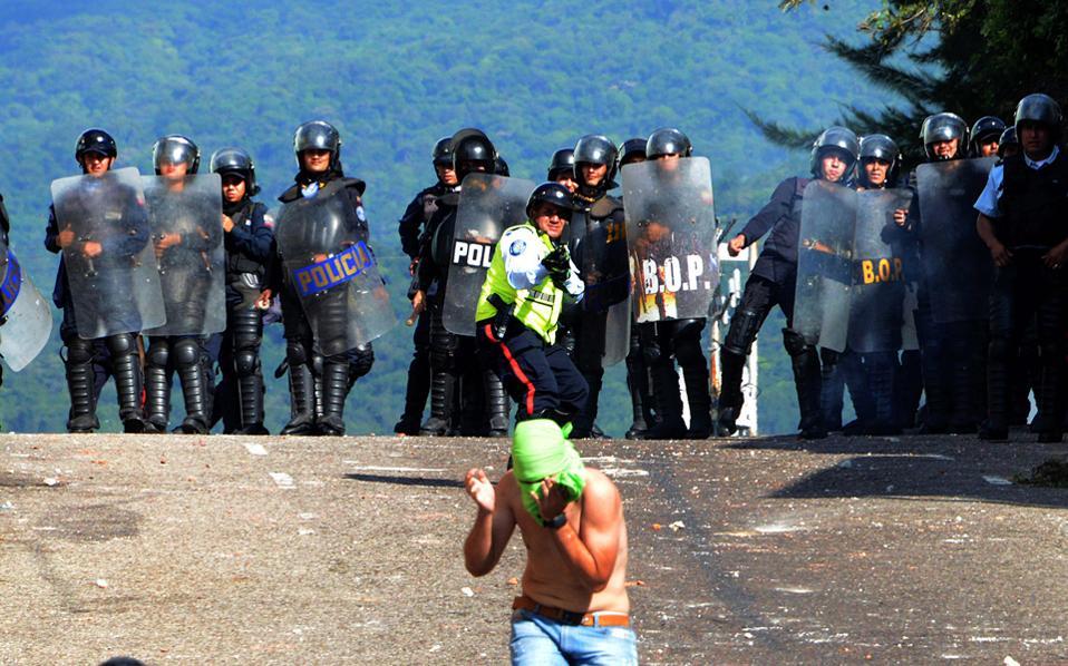 Φοιτητές συγκρούονται με την αστυνομία στην πόλη Σαν Κριστομπάλ της Βενεζουέλας, λίγες ώρες προτού η αντιπολίτευση απορρίψει την πρωτοβουλία του Πάπα Φραγκίσκου για αποκλιμάκωση της πολιτικής κρίσης.