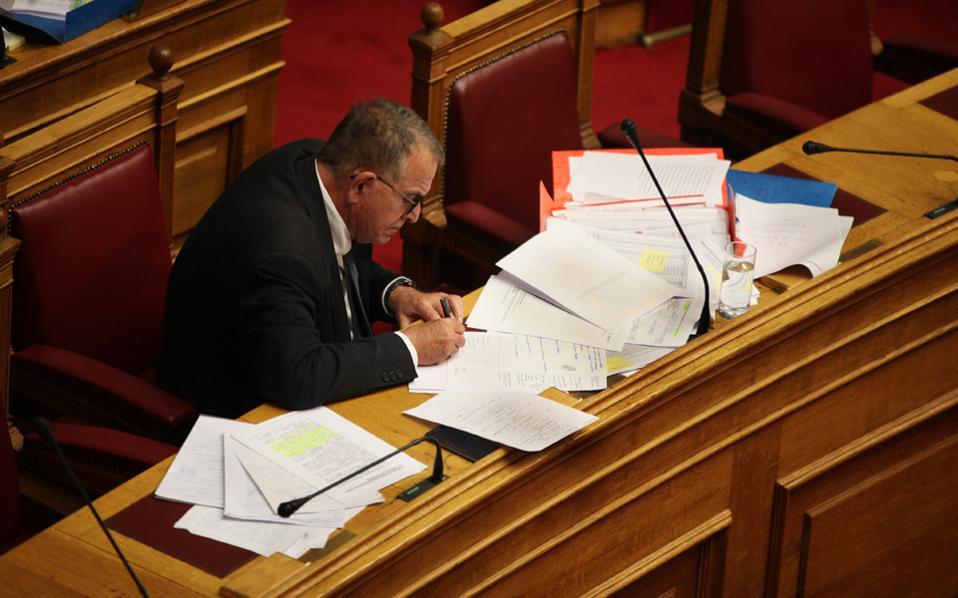 Ενας υπουργός ο οποίος, για να σταθεί μία ή δύο ώρες στη Βουλή, πρέπει να έχει όλο αυτό το χαρτομάνι γύρω του είναι αδύνατο να είναι καλός υπουργός, διότι προφανώς είναι αδύνατο να είναι καλός μάνατζερ. Το χάλι που σκορπίζει τριγύρω του προδίδει ότι ο άνθρωπος αυτός δεν μπορεί να οργανώσει τον εαυτό του για να απαντήσει σε μια κοινοβουλευτική ερώτηση. Μπορεί να οργανώσει τη μεταναστευτική πολιτική της χώρας και μάλιστα στην πιο κρίσιμη φάση της;