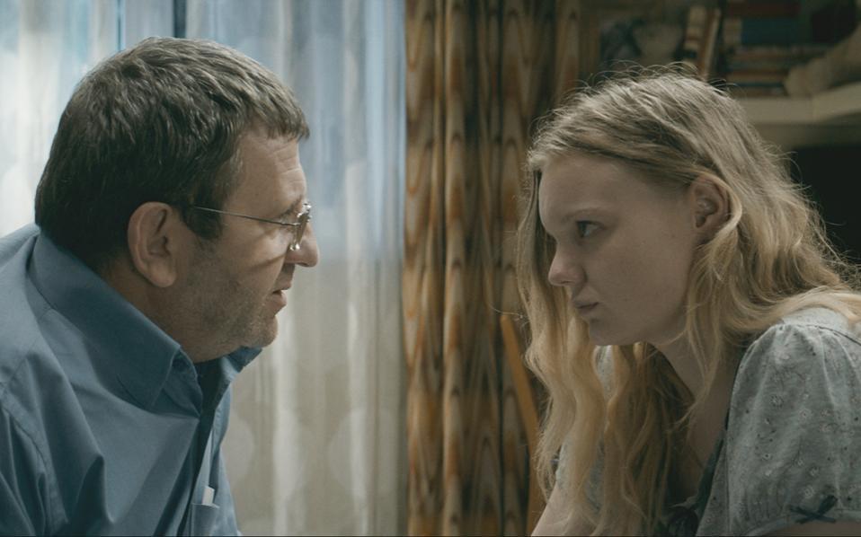 Ο Αντριάν Τιτένι ενσαρκώνει τον πατέρα και η Μαρία Βικτόρια Ντράγκους την κόρη, στην «Αποφοίτηση» του Κριστιάν Μουνγκίου.