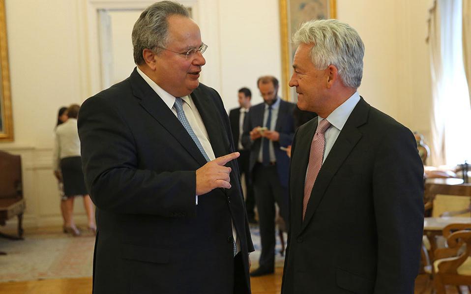 Ο υπουργός Εξωτερικών Νίκος Κοτζιάς συνομιλεί με τον υπουργό Επικρατείας του Ηνωμένου Βασιλείου, αρμόδιο για ευρωπαϊκές υποθέσεις,  Alan Duncan.