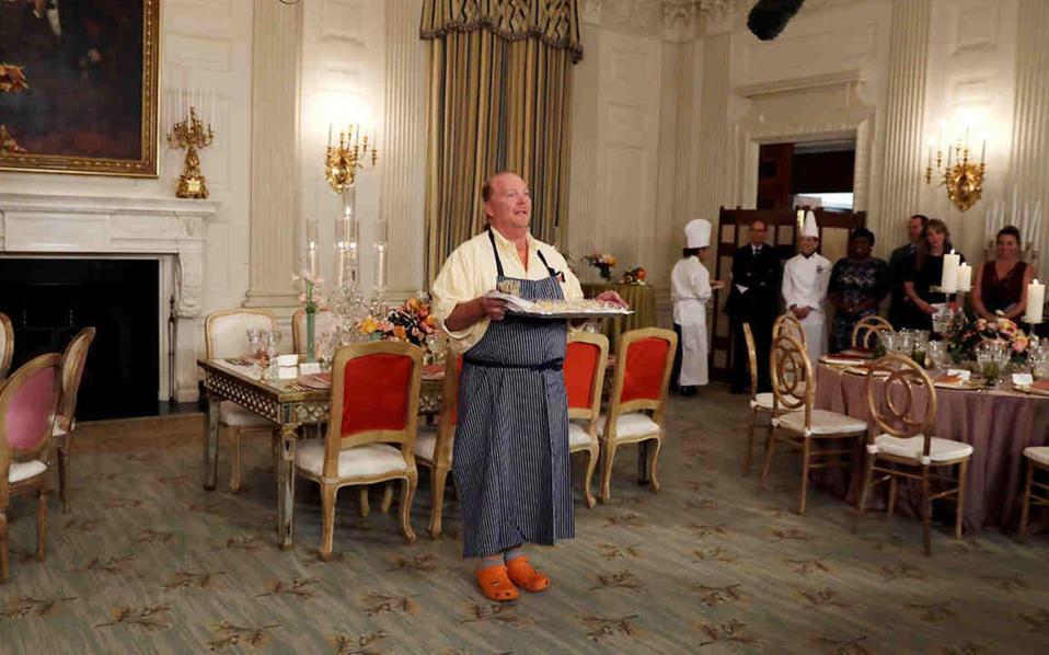 Ο σεφ Μάριο Μπατάλι στον Λευκό Οίκο ενημερώνει τους δημοσιογράφους για το μενού του τελευταίου επίσημου δείπνου του προεδρικού ζεύγους.