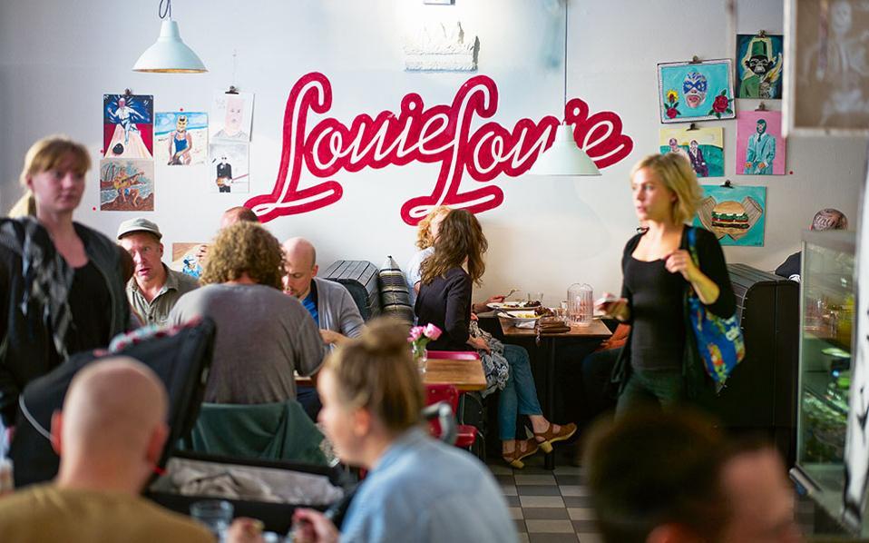 Το Louie Louie λατρεύει τα '60ς και εκτός από καφέ και brunch διαθέτει  σπάνια vintage βινύλια προς πώληση.