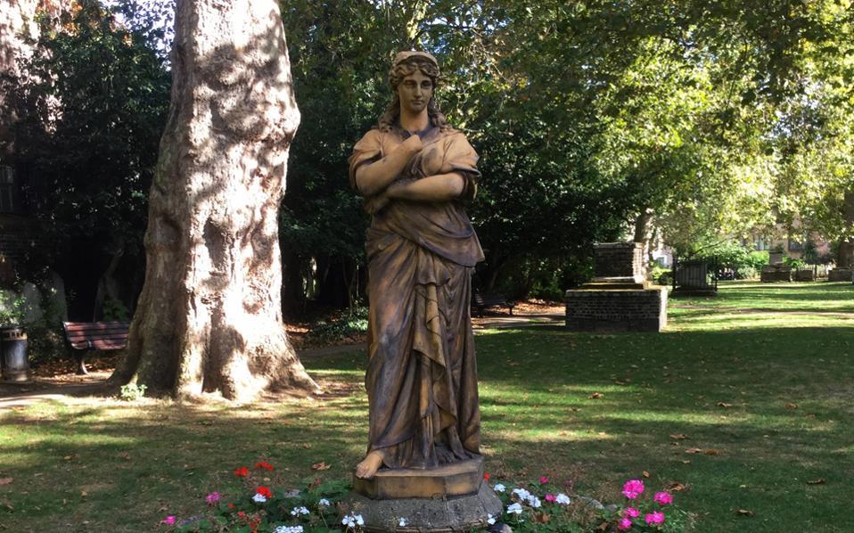 Το πήλινο άγαλμα της Ευτέρπης (1898) στο St George's Gardens.