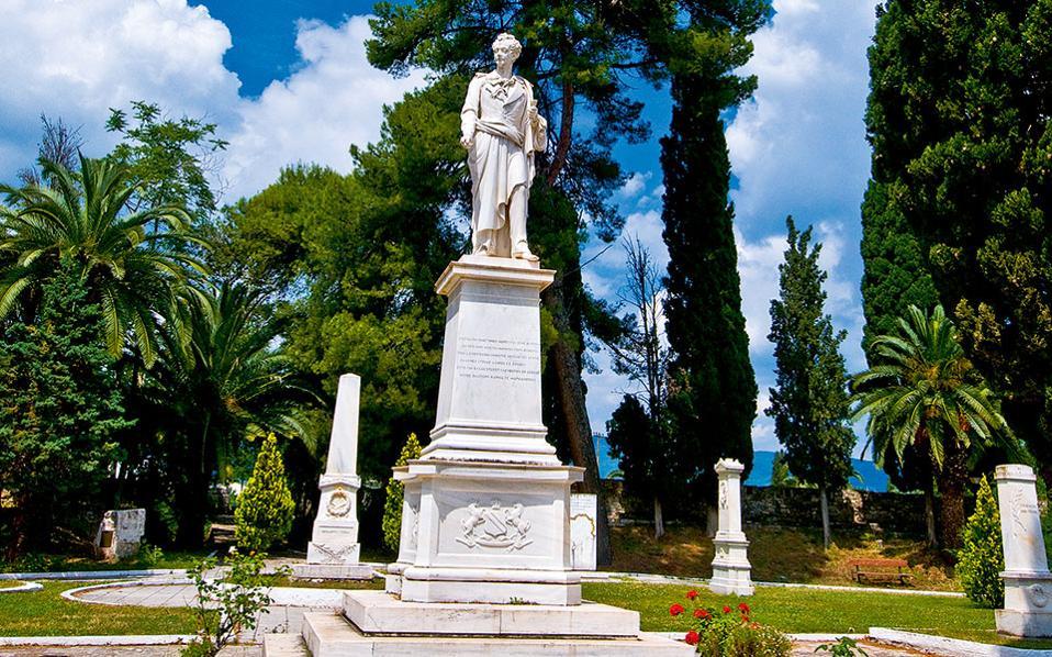 Σημαντικό μνημείο της πόλης είναι ο Κήπος των Ηρώων,  με τα δεκάδες αγάλματα αγωνιστών της Επανάστασης.(Φωτογραφία: Κλαίρη Μουσταφέλλου)
