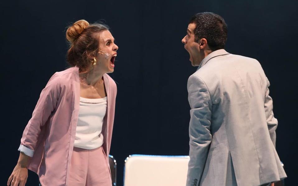 Σκηνή από την παράσταση «Young Lear», που επαναλαμβάνεται στο θέατρο Θησείο.