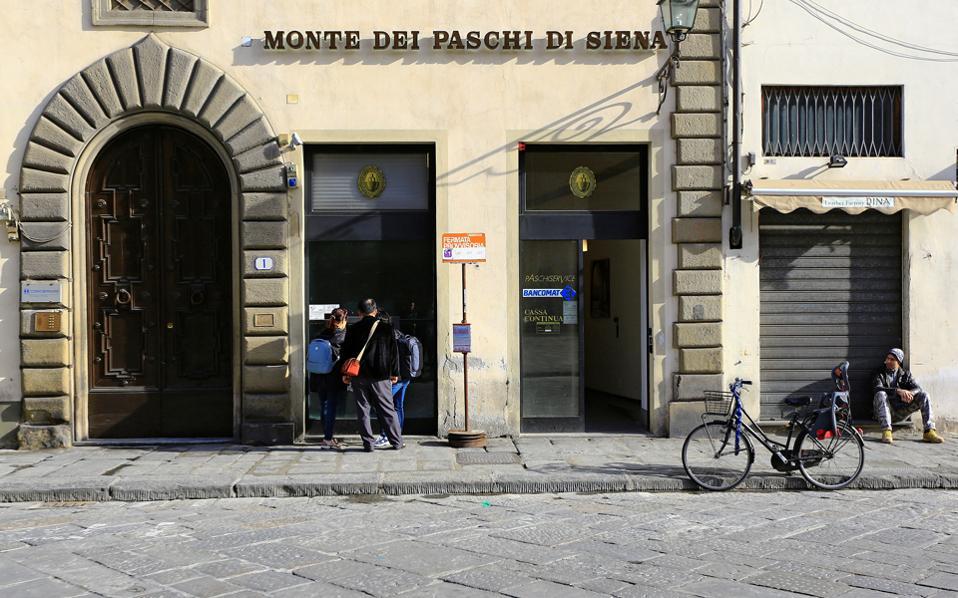 Η μετοχή της 3ης μεγαλύτερης ιταλικής τράπεζας ενισχύθηκε κατά 27% μόλις έγινε γνωστό το σχέδιο, για να υποχωρήσει το μεσημέρι μέχρι και 23% και τελικά να κλείσει με πτώση 14,99%.