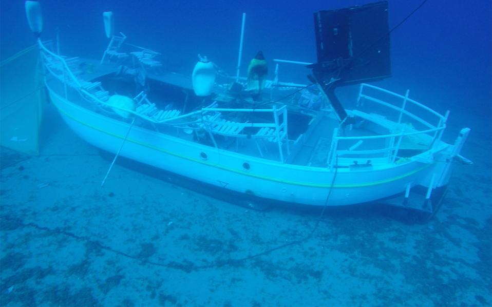 Το τουριστικό σκάφος «Αντωνία» σε βάθος 31,5 μέτρων, στο θαλάσσιο πέρασμα μεταξύ Πέρδικας Αίγινας και νήσου Μονής.