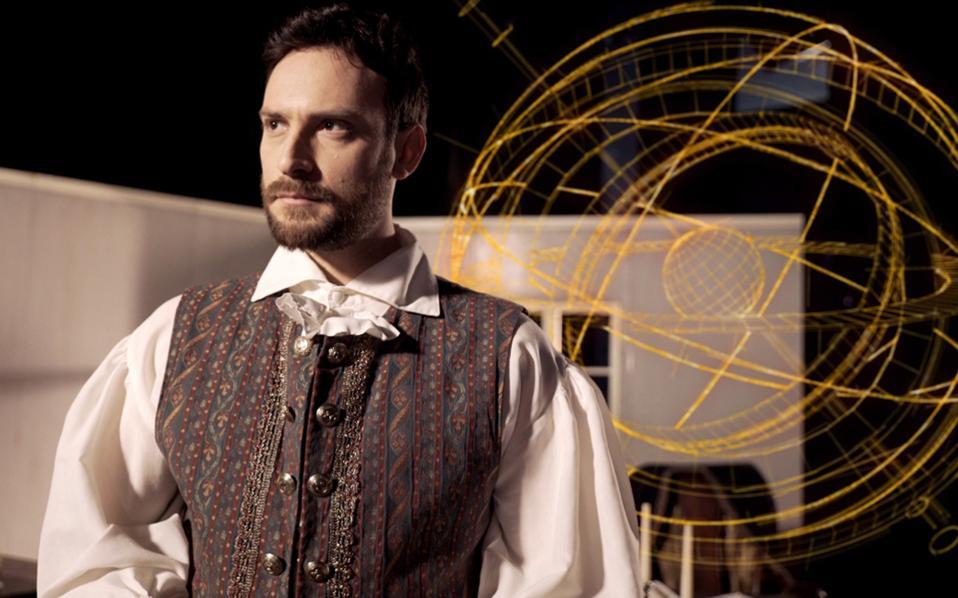 Ο ηθοποιός Κωνσταντίνος Λάγκος στο ντοκιμαντέρ «Νεύτων: Η Δύναμη του Θεού» σε σκηνοθεσία Πάνου Ανέστη.