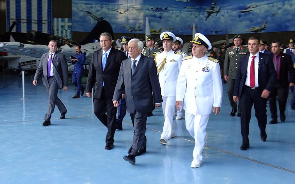 Ο Πρόεδρος της Ελληνικής Δημοκρατίας Προκόπης Παυλόπουλος (Κ), με τον υπουργό Εθνικής Άμυνας Πάνο Καμμένο (ΚΑ) και την στρατιωτική ηγεσία του Υπουργείου Εθνικής Άμυνας στην τελετή που πραγματοποιήθηκε στην Αεροπορική Βάση Δεκέλειας, για την υποδοχή των λειψάνων των Ελλήνων αγωνιστών της Κύπρου που επέβαιναν στο NORATLAS της Πολεμικής Αεροπορίας.