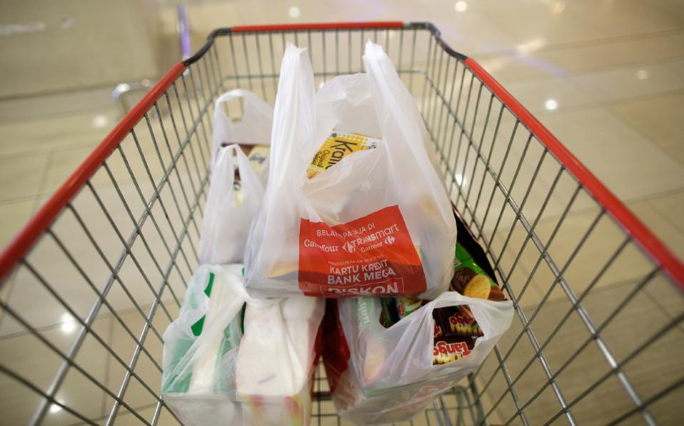 Τα κράτη-μέλη  της Ε.Ε. καλούνται να μειώσουν την κατανάλωση στις 90 σακούλες ανά άτομο ετησίως μέχρι το τέλος του 2019.
