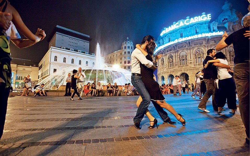 Χορός για δύο στην κεντρική και πολυσύχναστη Piazza de Ferrari. ( Φωτογραφία: Stefano Goldberg)