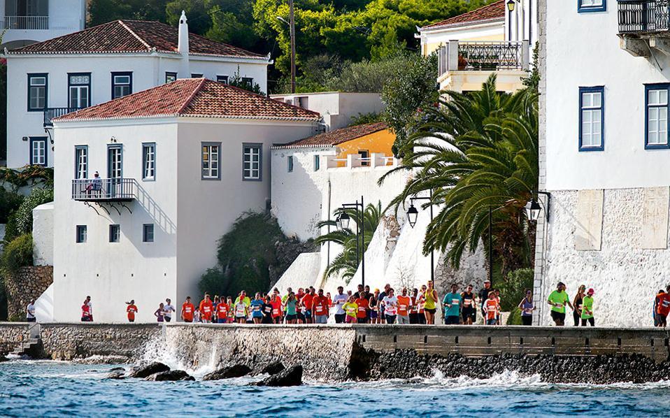Η σεζόν στις Σπέτσες έχει παραταθεί κατά τρεις μήνες χάρη στο Spetses Mini Marathon.