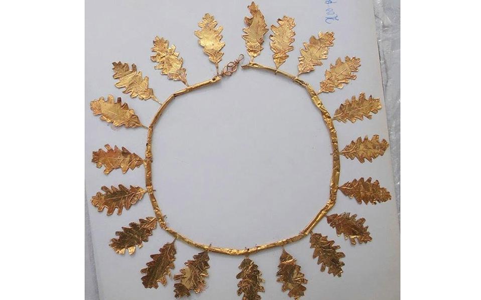 Κατασχεθέν αντικείμενο, από τη Διεύθυνση Ασφάλειας Αττικής, χρυσό στεφάνι της ελληνιστικής περιόδου, ανεκτίμητης αρχαιολογικής αξίας, που βρέθηκε στην κατοχή των αρχαιοκάπηλων.