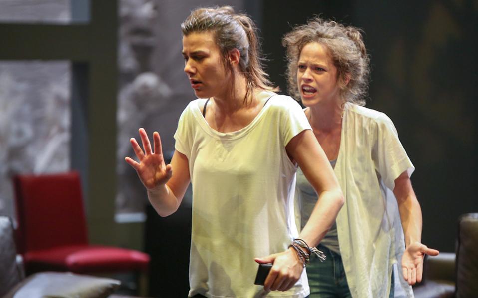Ιωάννα Κολλιοπούλου  (Στέλλα) και Ελλη Τρίγγου (Ανθή). Οι δύο αδελφές σε μία από τις πολλές στιγμές έντασης, στην παράσταση «Στέλλα, κοιμήσου».