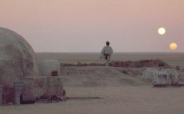 Ο Μαρκ Χάμιλ ως νεαρός Λουκ Σκαϊγουόκερ ατενίζει τους δύο ήλιους να δύουν στον πλανήτη Τατουίν. Από τον «Πόλεμο των Αστρων» (1977).