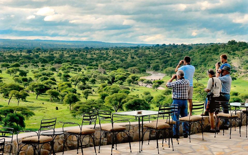 Επισκέπτες του Tarangire Safari Lodge απολαμβάνουν τη μοναδική θέα στη σαβάνα.