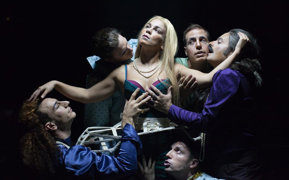 Στη «Δωδεκάτη νύχτα» του Σαίξπηρ, που παίζεται στο Εθνικό Θέατρο, με το πρόσχημα της μεταμφίεσης θίγονται ζητήματα όπως η επιλογή του φύλου, το αδιέξοδο της ύπαρξης, η εξουσία, οι συμβάσεις που ορίζουν τη ζωή των ανθρώπων κ.ά.
