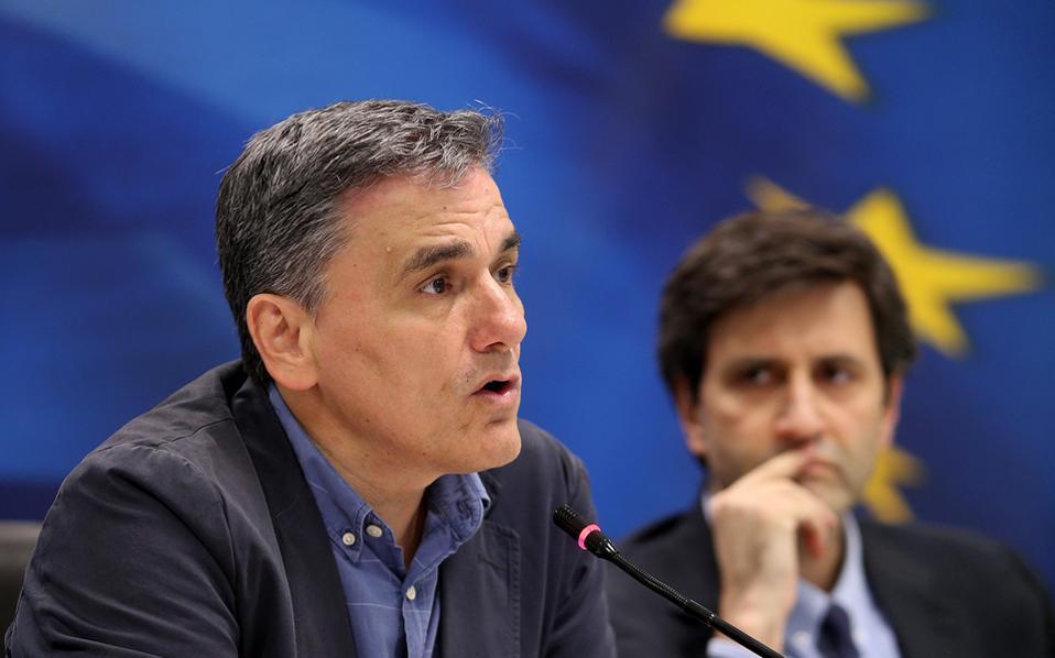 Eυκλείδης Τσακαλώτος και Γιώργος Χουλιαράκης θεωρούν πως πρέπει να τεθούν άμεσα οι όροι ελάφρυνσης του ελληνικού χρέους, ακόμα κι αν η εφαρμογή τους αφορά τα χρόνια μετά το τρίτο μνημόνιο, ώστε να έχει την κάλυψη που χρειάζεται η ΕΚΤ για να αγοράσει ελληνικά ομόλογα.