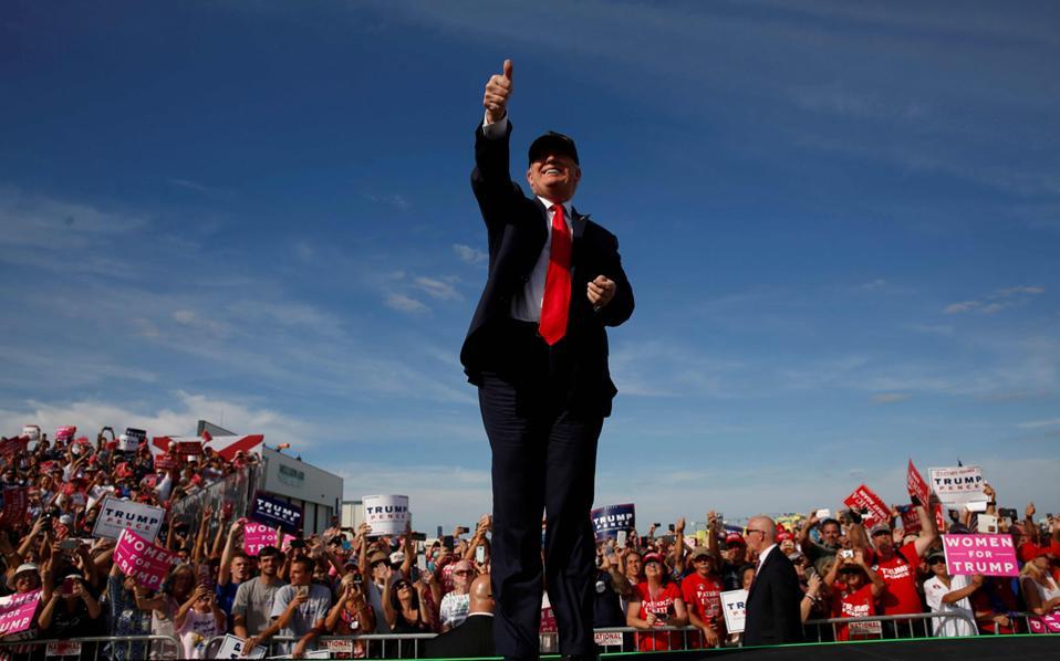 Σε εκατοντάδες οπαδούς του μίλησε την Τρίτη ο Ντόναλντ Τραμπ, στο αεροδρόμιο του Σάνφορντ της Φλόριντα, έξω από το Ορλάντο.