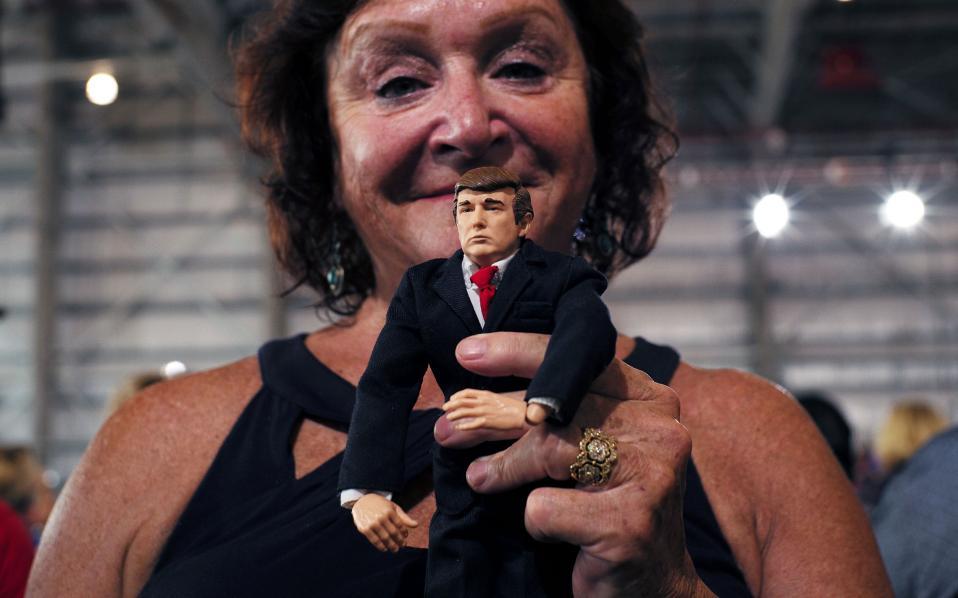 Μία ψηφοφόρος κρατά το κουκλάκι του... εκλεκτού της υποψηφίου σε προεκλογική συγκέντρωση στο Ορλάντο.