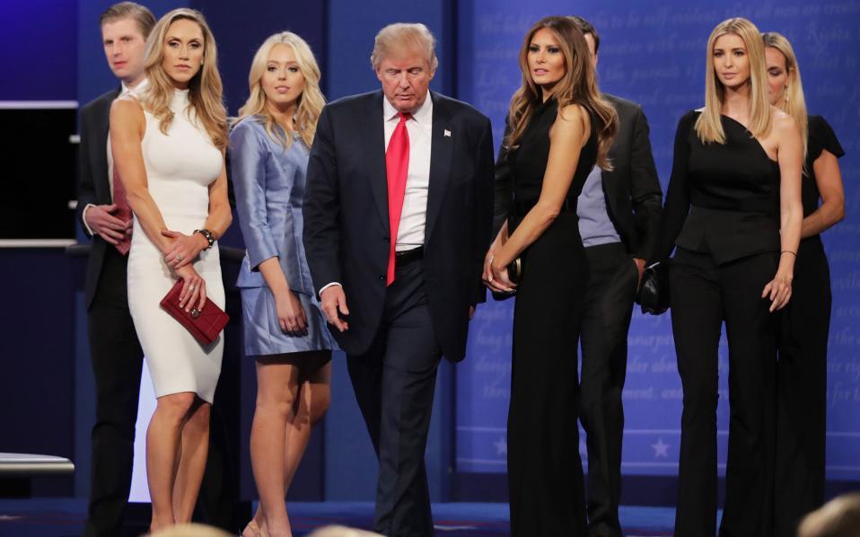 Ο Τραμπ και οι γυναίκες του... Εν μέσω σκανδάλων και καταγγελιών για σεξουαλική παρενόχληση, ο Τραμπ ανεβαίνει στη σκηνή με τις κόρες του, τη σύζυγό του και τις συνεργάτιδές του, λίγο πριν το τελευταίο debate μεταξύ των υποψηφίων.