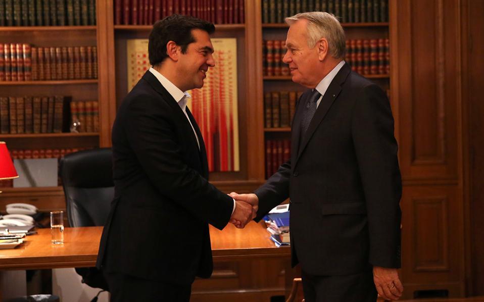 Θερμή χειραψία του πρωθυπουργού Αλ. Τσίπρα με τον υπουργό Εξωτερικών της Γαλλίας Ζαν-Μαρκ Ερό, χθες, στο Μέγαρο Μαξίμου.